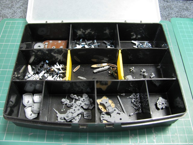 塗装後のパーツ類は小物入れに収納